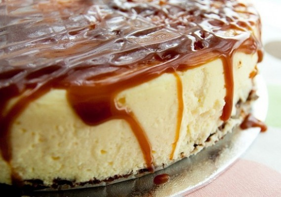 Pillow Cheesecake with Caramel Sauce
