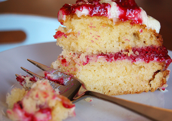 White-Chocolate-Raspberry-Cake-Bite